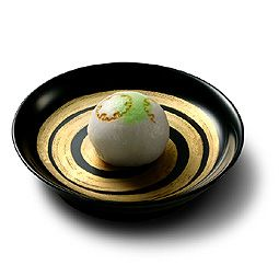 一月後半 『雪の小草(ゆきのおぐさ)』 白い薯蕷饅頭の上に雪輪(ゆきわ:雪の結晶を抽象化した伝統的な文様のひとつ)の焼印2つと、緑色のにおい(色差し)を配し、薄く積もった雪の下よりのぞく若草を思わせます。 薯蕷製 小倉餡入 ■「山芋」を含む 初出年:棹菓子として大正7年(1918) とらやの和菓子 季節のお菓子 -生菓子-|株式会社 虎屋