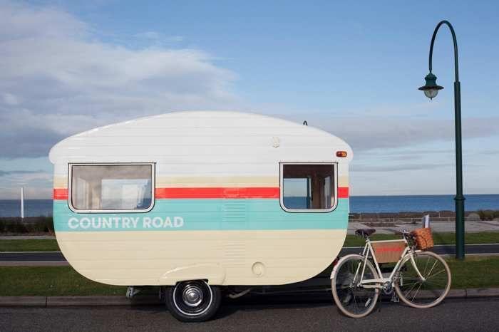 camper renovatie renoveren buitenkant caravan verven schilderen verf caravan camper retro caravan