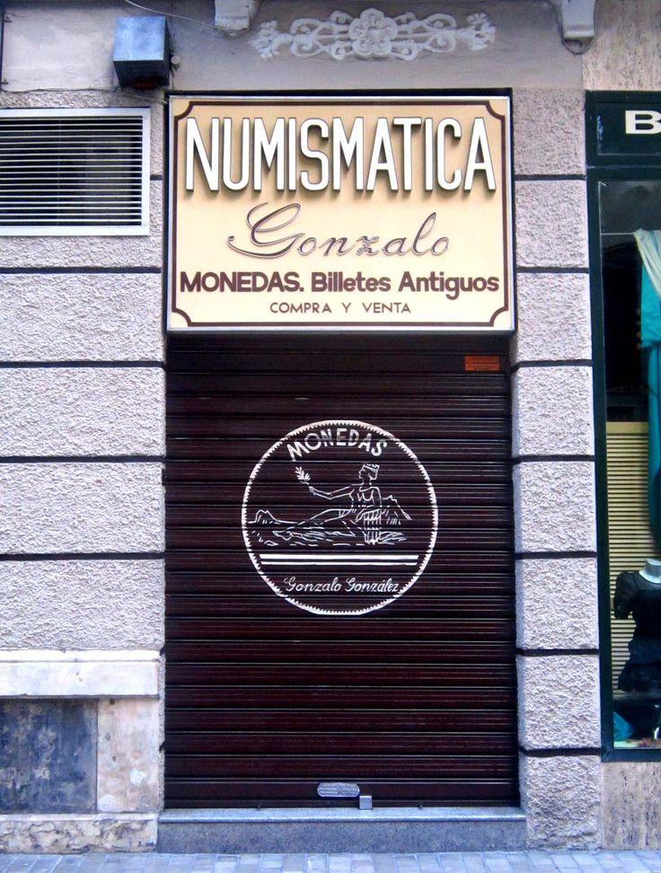 Rótulo de comercio en calle Molina Lario de Málaga. Cuatro líneas de texto con distinta tipografía.