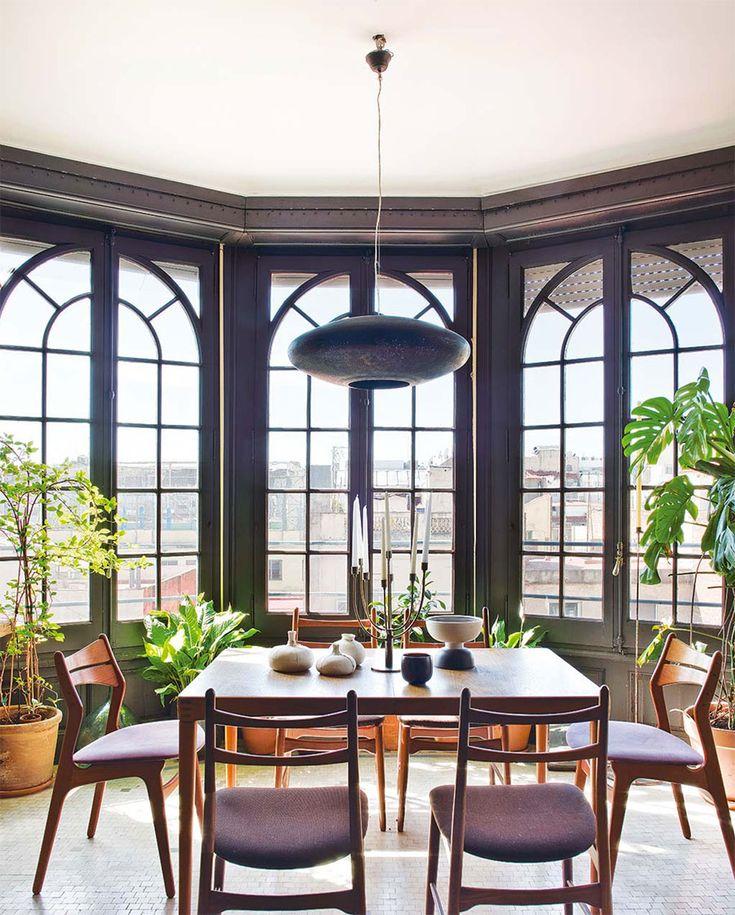 Apartamento, decoração de apartamento, reforma, sala de jantar com luz natural, mesa de madeira e plantas.