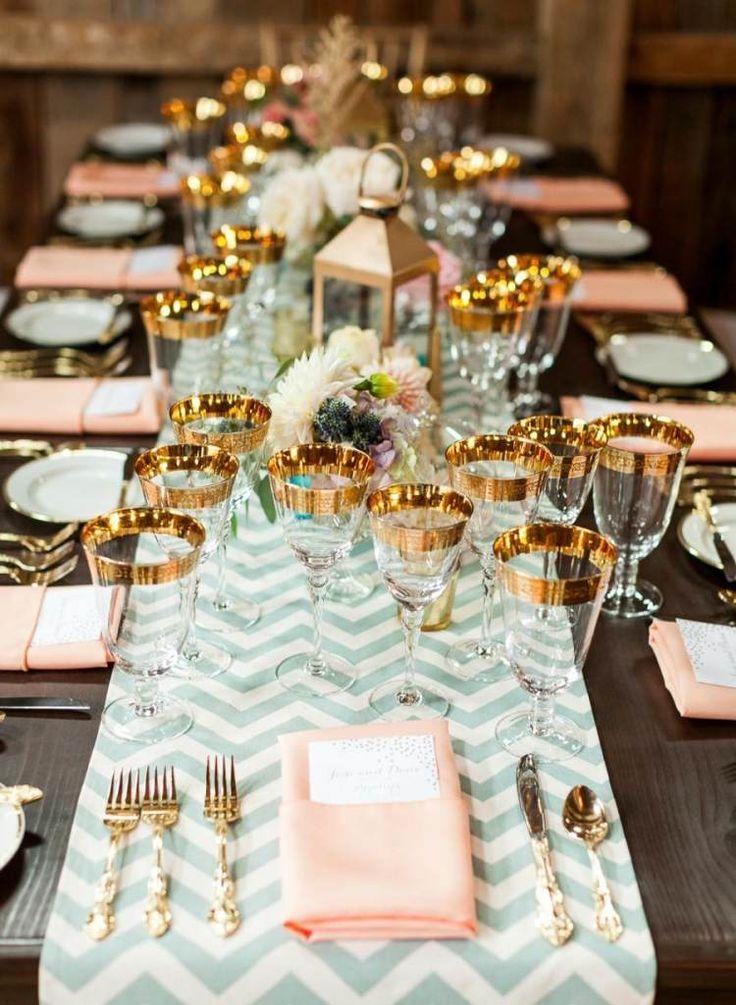 décoration de mariage originale et verres à vin à bordure or