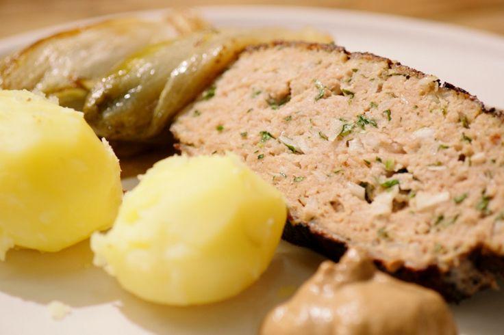 Mijn vader maakt het lekkerste gehaktbrood van de wereld. Hij gebruikt gemengd gehakt van kalf en varken en voegt er zijn traditionele mengeling aan toe. Met gebraiseerd witloof uit volle grond en patatjes is dit 'de familie Meus op een bord'.