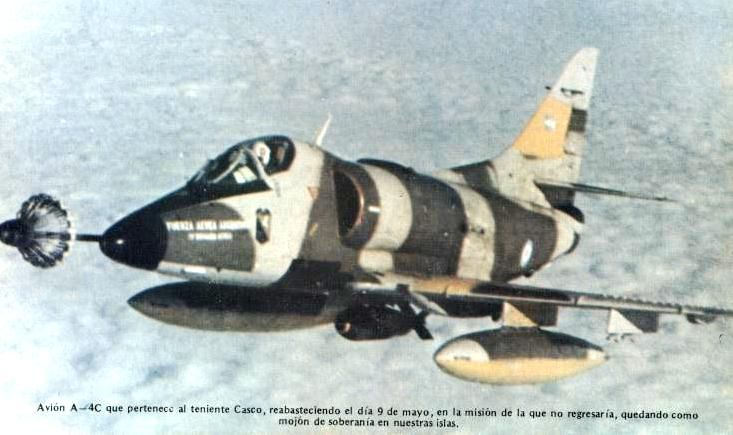 Avión Skyhawk A4 C de la Fuerza Aérea Argentina armado con una bomba Mk.17 de 1000lb (454Kg), el avión de la foto era piloteado por el Primer Teniente Jorge Casco que más tarde moriría al estrellarse su avión en las estribaciones de las Islas Sebaldes, hoy sus restos descanzan en el cementerio de Darwin.