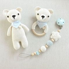 Teil 1 eines zuckersüßen Bärchen-Sets in creme und hellblau: Schmusebär, Rassel und Schnullerkette. Und jetzt setze ich mich an Teil 2: ein passendes Mobile :-) @bihter_k #häkeln #gehäkelt #crochet #babyboy #baby2016 #creme #blau #bär #rassel #schnullerkette #handmade #handmadewithlove #mitliebegemacht