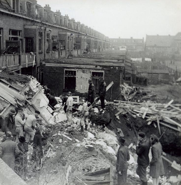 Op vrijdag 15 december 1944 bombardeerde een viertal Amerikaanse bommenwerpers Zwolle. De aanval was gericht op de olietanks aan de Schuttevaerkade en mogelijk ook de gasfabriek. Verschillende bommen kwamen terecht bij het Klein Grachtje, in de Schildersbuurt en in de Bollebieste. Vijf mensen vonden de dood en er vielen circa veertig gewonden. De materiële schade was enorm. Op deze foto is de achterzijde van de Frans Halsstraat te zien. Meer dan de helft van de huizen in deze straat was…
