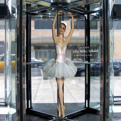 Die Joffrey Ballet School (New York) platzierte ihre Werbung gezielt Drehtüren in der Stadt. Durch das geschickte Ambient Marketing (Design von Saatchi & Saatchi) wurde daraus ei