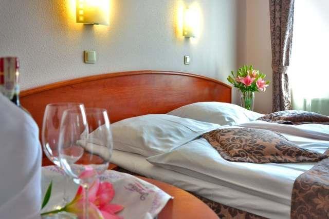 WinNetNews.com - Bukan rahasia lagi kalau beberapa kamar hotel mungkin tidak sebersih yang kamu lihat. Sebaliknya, banyak kamar hotel, bahkan harga tertinggi, mungkin banyak kuman dan bakteri. Tapi benarkah itu?Terlepas dari ancaman yang mengintai di kamar hotel, ada cara wisatawan untuk bisa melindungi