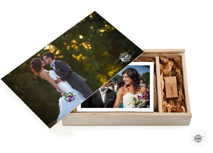 Si no queréis un álbum para recordar ese momento tan especial... en MBC tenemos la opción perfecta para vosotros. Una preciosa caja de madera natural hecha artesanalmente en la que guardar vuestras fotos con opción de incluir un pen drive también personalizado. ¿Queréis una? Venid a MBC! #cajafotos #fotografía #alternativaalalbum #packaging #fotos #pen #cajaúnica #photobox #pendrive #inspiración #bodaLugo #bodaGalicia #perfectmoments   #fotografía #weddingphoto #wedding #shootlove…
