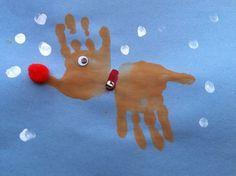 Reno de navidad dibujado con las palmas de las manos. Tapa álbum escolar