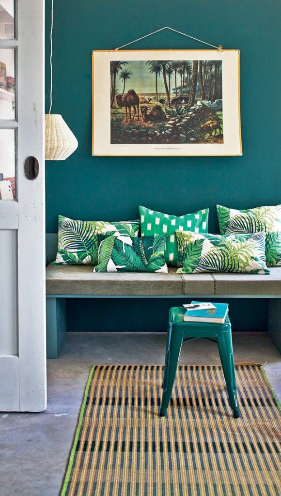 Ambiance tropicale chic, mur bleu canard et coussins vert émeraude I Tropical setting, duck blue wall and green pillows I VTwonen styling