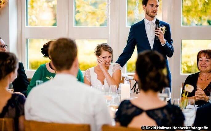 Der Bräutigam hält eine Hochzeitsrede