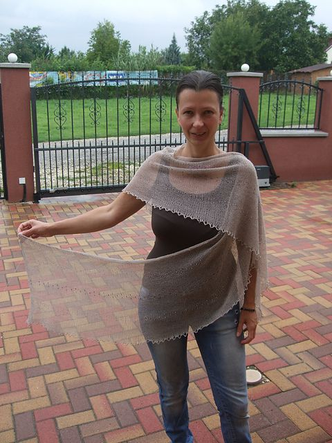 I designed my new shawl from Barka Vattacukor mohairyarn. This simple V form was inpired by the gentle fiber and by the modesty of stockinette stitch garment.