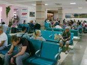 """В Симферопольском аэропорту отменяют и задерживают рейсы http://dneprcity.net/politics/v-simferopolskom-aeroportu-otmenyayut-i-zaderzhivayut-rejsy/  КИЕВ. 25 июля. УНН. В Симферопольском аэропорту отменяют и задерживают авиарейсы в российские города. Сегодня отменены три рейса, еще один задержан на сутки, передает УНН со ссылкой на """"Крым.Реалии"""". Источник"""