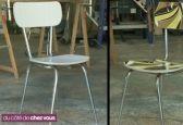 relooker une chaise en formica :  démonter assise et dossier, retire la bordure de champ. Puis lustrer le chrome à la laine d'acier. ensuite les étapes d'encollage et de marouflage du papier peint, qui va recouvrir la chaise. Enfin appliquer un vernis afin de faire briller et protéger