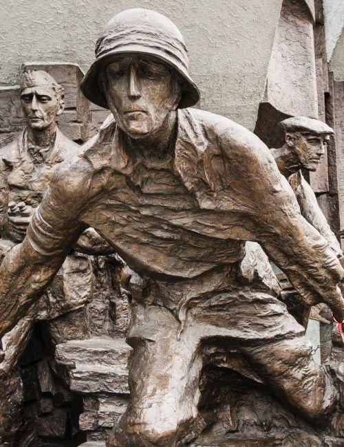 Powstanie warszawskie - najważniejsze miejsca i wydarzania. Spacer, podczas którego profesjonalni przewodnicy poruszająco opowiadają o powstańczej stolicy.