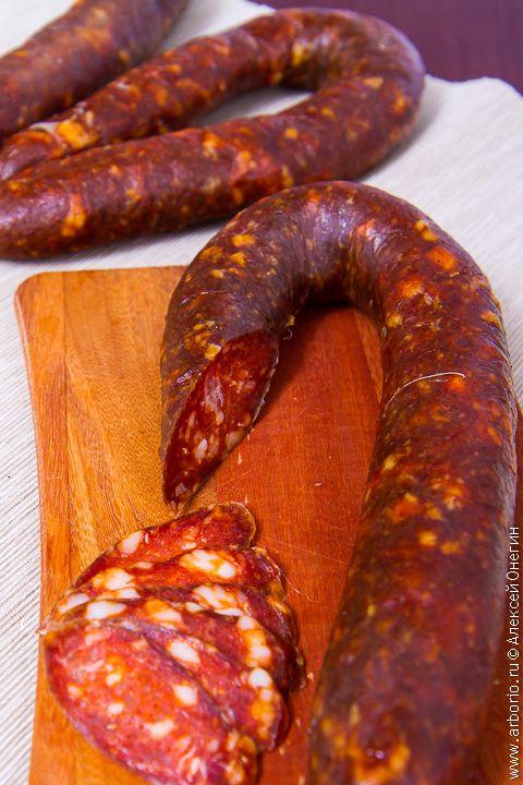 Рецепт домашней колбасы чоризо, которую достаточно попробовать единожды, чтобы запомнить этот красный цвет и вкус мяса, щедро сдобренного паприкой на всю жизнь.