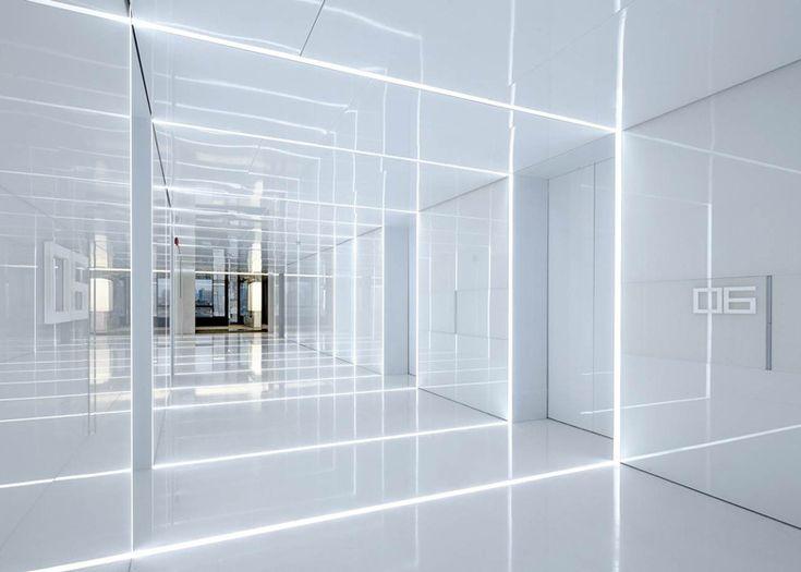 글래스 오피스. 유리와 거울 그리고 그안에 담긴 공간들. 상하이에 위치한 소호 오피스는 공간의 반사, 투영, 오버랩되며 다양한 공간으로 변화한다. 이러한 공간의 다양성은 유리를 사용하며 극적인 디자인 연출방법으로 구현되며, 관찰자의 시점에 따라 공간이 깊어지고 얕아지는 시각적 경험을 이끈다. 특히 유리 넘어로 투과되는 내부의 기존 벽체, 바닥, 천장면과 외부의 광할한 상하이 시내의 풍경은 오버랩된 내부 공간..