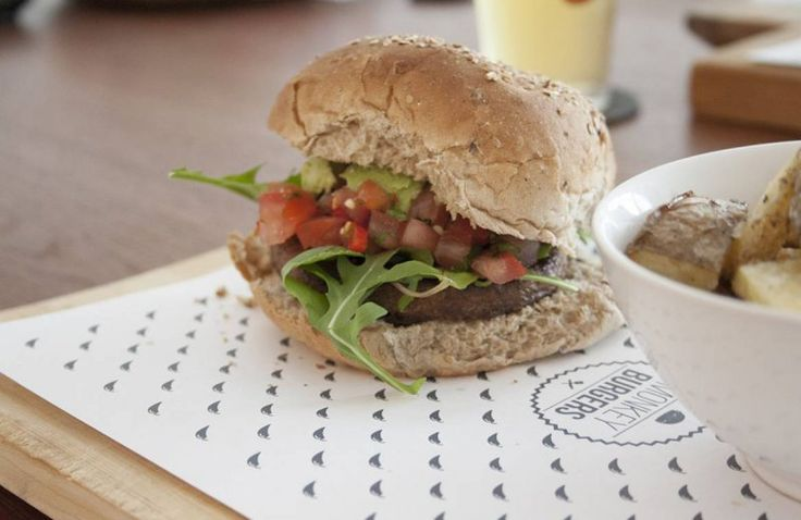 Vegetarische hamburger met pittige salsa