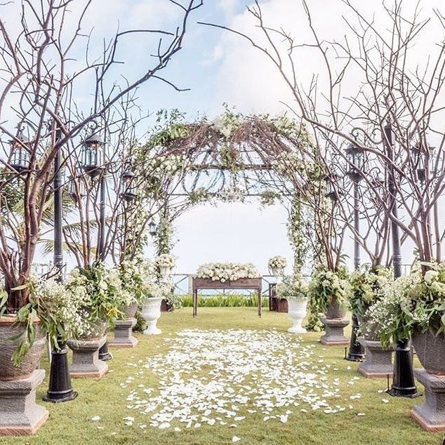 Have you ever been dreaming of having garden rustic theme wedding? @ailuosidecor could be the right vendor that can help you to realize it! We are mesmerized by their amazing work. This whimsical wedding decoration is definitely something that every nature brides want for their wedding! Love this too? Double tap!    Decoration by @ailuosidecor  Venue @khayanganestate  Wedding Concept @stephanienovia