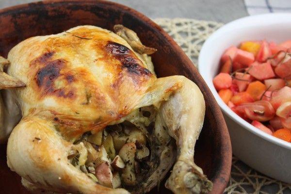 En tredje måde at tilberede en hel kylling på; ja hvem sagde man ikke kan gøre en kylling spændende? Kylling i stegeson, generelt ALT i stegeso bliver bare smadderlækkert og kylling bliver utrolig saftig. Rodfrugterne, som kyllingen ligger på og æble/vaniljefyldet i selv kyllingen giver kyl....