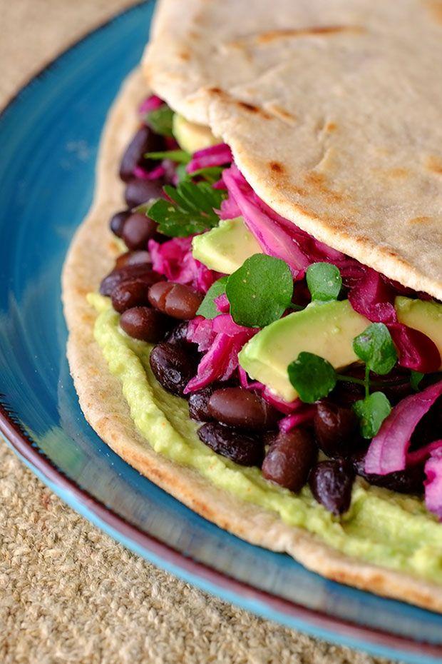 Piadina con avocado, cavolo rosso e fagioli neri - GranoSalis - Blog di cucina naturale e consapevole