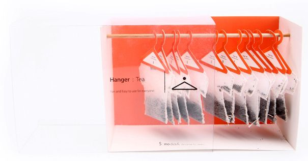 Les fonctions : la technique du sachet en forme de T-Shirt sur un cintre permet une manipulation simplifiée et sécurisée (moins de risque de se brûler). Le packaging n'est pas plus écologique qu'un autre packaging lié au thé. La communication s'axe sur l'originalité et le côté ludique, le consommateur effectue une seconde fois le geste de prendre un cintre mais dans un autre contexte et en taille réduite.
