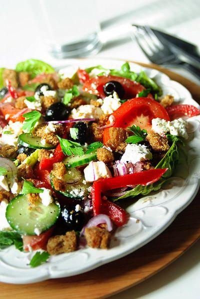 Griekse salade met feta http://www.njam.tv/recepten/griekse-salade-met-feta