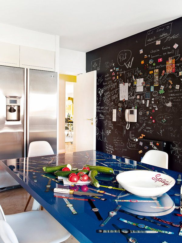 A chalkboard wall is a great alternative to pinning things on the fridge // KitchensBlackboard Wall, De Lousa, Adesivos Lousa, Kitchens Spaces, Furnishing, Art Sul-Africana, Interiors Design, Lisbon Portugal, Black Wall