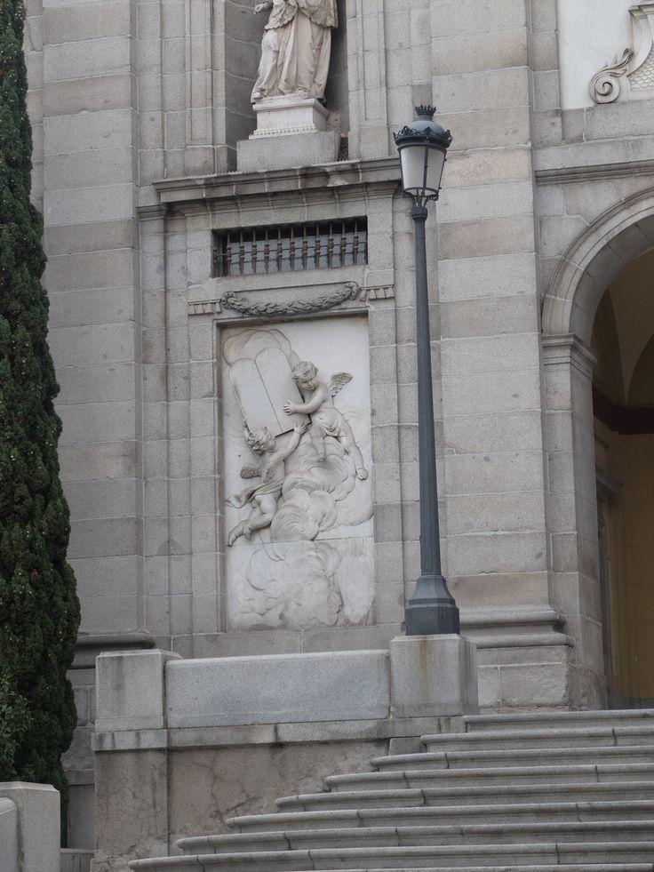 Fachada. Detalle. Tablero de mármol con ángeles sosteniendo las tablas de la ley. Giovanni Domingo Olivieri, escultor de cámara de Fernando VI
