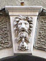 Trieste – Testa di leone sull'arco del portone di via dell'Università 10