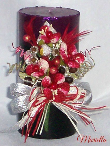 decorazione composta da : caffe', chiodi di garofano decorati con canutiglia argento. Fiori screziati bianchi e bordeaux, bacche e piume bordeaux, foglie, bacche, nastro argento, cordoncino bianco e bordeaux