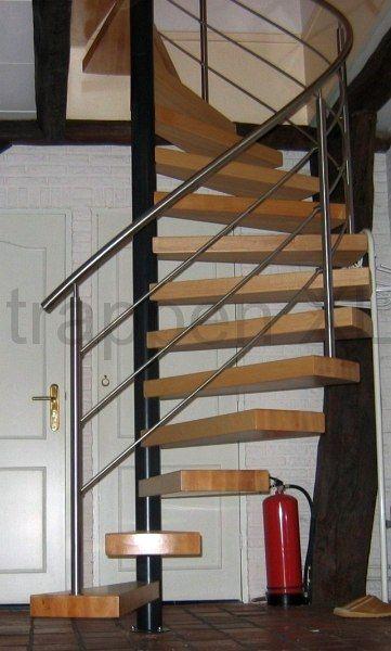 Spiltrap voorzien van zwevende treden geplaatst in een landhuis te Kerkenveld.