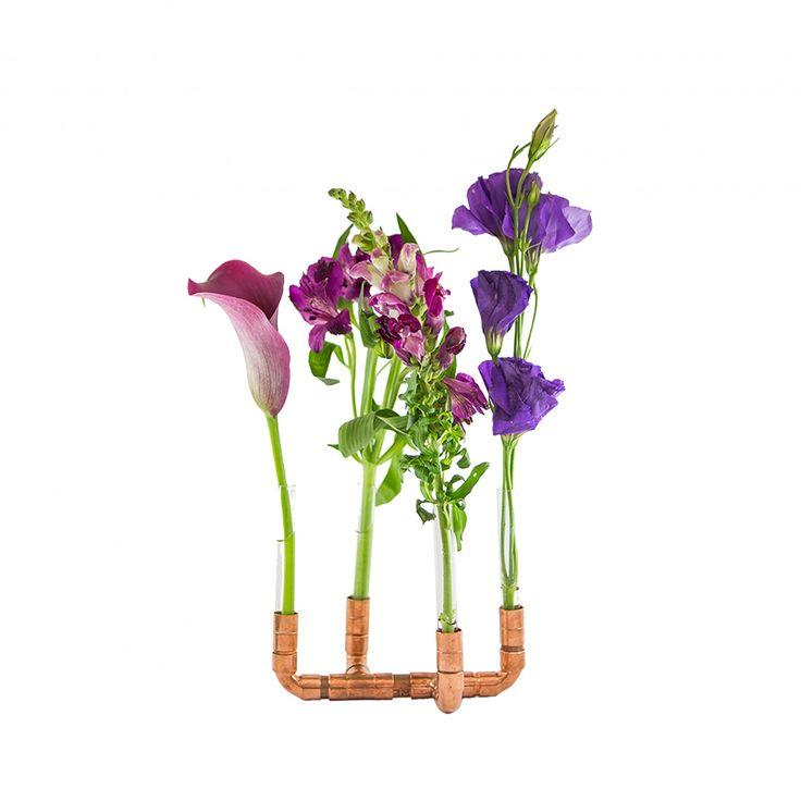 Vaso do tipo solitário em cobre e vidro. Suas dimensões reduzidas e seu desenho contemporâneo permitem sua utilização em qualquer cômodo da casa, levando a alegria das flores para os mesmos. Fica a dica de combiná-lo com o nosso Castiçal Cobre!