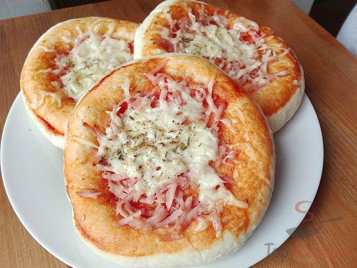 Wenn man zu Hause Pizza-Teig oder anderen Hefeteig für herzhafte Sachen zubereiten möchte, ist meistens im Rezept die Gehzeit angegeben. Falls ihr aber etwas sofort essen wollt, probiert dieses Rezept für den Hefeteig ohne Gehzeit aus. Damit der Teig fluffig wird, wird Backpulver untergemischt. Der Teig muss weder mit einer Tomatensoße bestrichen noch mit Schinken oder Käse belegt werden. Es können daraus einfach nur kleine Laibe gemacht werden und glaubt mir, zum Frühstück ist es perfekt…