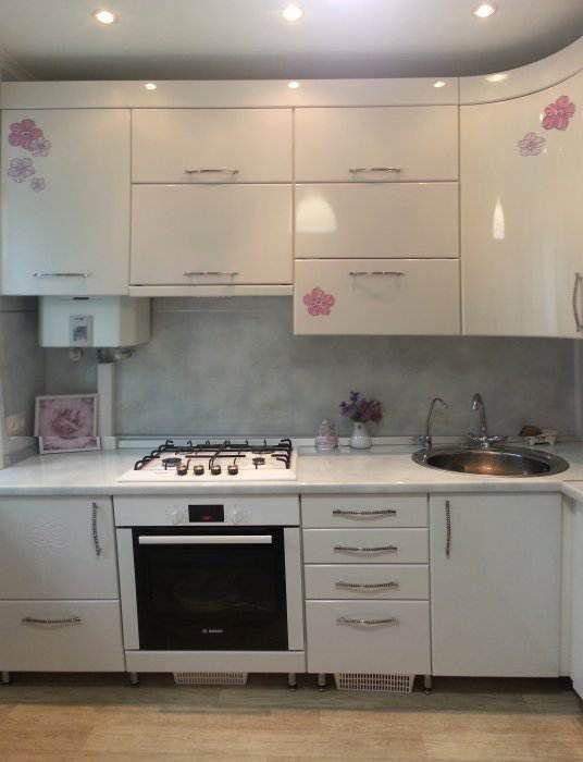 Дизайн белой угловой кухни в хрущевке (6 фото)