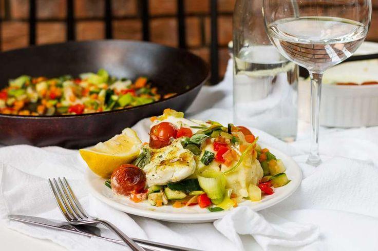 Recept voor scholfilet & tomaat uit de oven voor 4 personen. Met zout, olijfolie, peper, scholfilet, Italiaanse roerbakgroente, trostomaat, Heksenkaas, basilicum en aardappelpuree