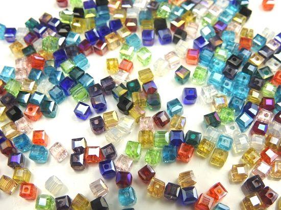 正方形の4.5mmガラスビーズ約100個セット、カラーはアソートです!アクセサリーパーツの事なら激安通販のHARU雑貨で!!