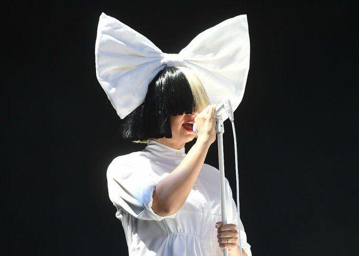 Sia se va de vacaciones a las playas mexicanas y es vista sin peluca y en  bikini - Sociedad - Mundiario
