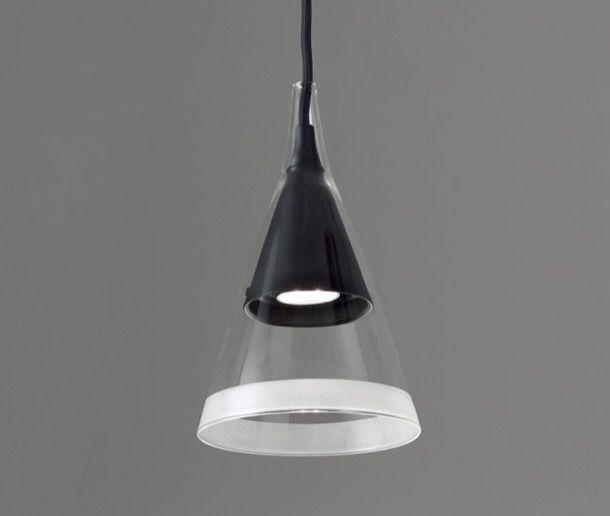 VIGO: lámpara de colgar con pantalla de vidrio. La lámpara de colgar VIGO procede del estudio de David Chipperfield. Está fabricada con pantalla en forma de cono, para colgarse de 3 maneras distintas. El diseño se compone de dos piezas superpuestas, una interior de metal, y otra externa hecha con vidrio de borosilicato. Hay un aplique para poder colgarla de la pared, y un mástil para que sirva de lámpara de pie.  #Iluminación