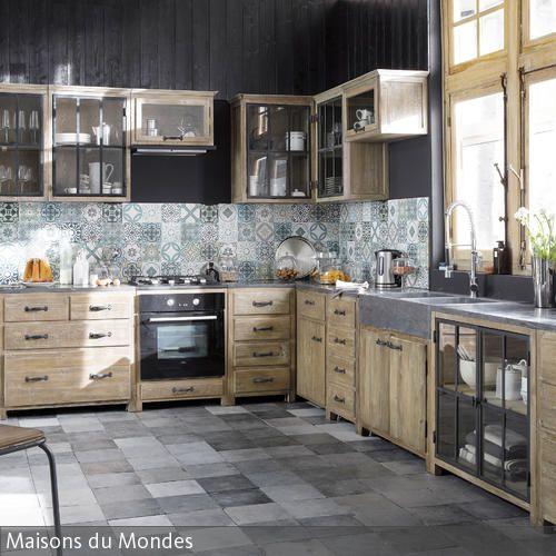 """Schicke Einfachheit verkörpert diese robuste Küche aus Holz """"Copenhague"""". Die moderne Ausstattung besteht aus Kiefer-Möbeln mit recyceltem Metall und Marmor. …"""