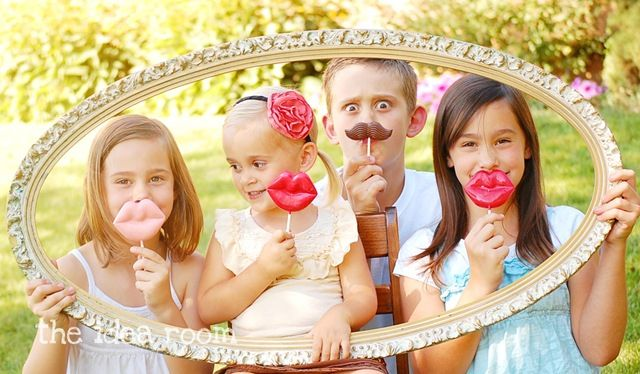 Cute idea for family and kid photos by @Amy HuntleyFamilies Photos Shoots, Photos Ideas, Families Pictures, Birthday Parties, Photo Props, Kids Pictures, Kids Photos, Families Pics, Photos Props