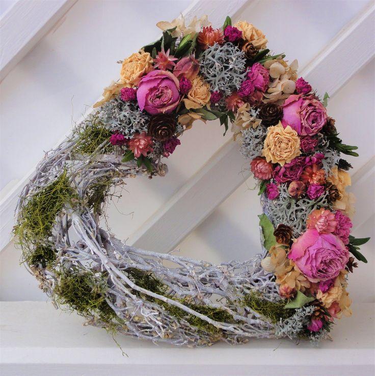 Velké+srdce+Srdce+z+běleného+proutí+jem+nazdobila+mechem+a+sušenými+květinami.+Vhodné+k+zavěšení+na+dveře+zeď+apod.+Krásný+netradiční+dárek.+Velikost+32cm.