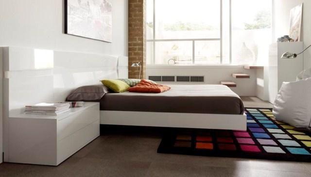 Dormitorio en blanco con cabecero completo y mesillas con dos cajones