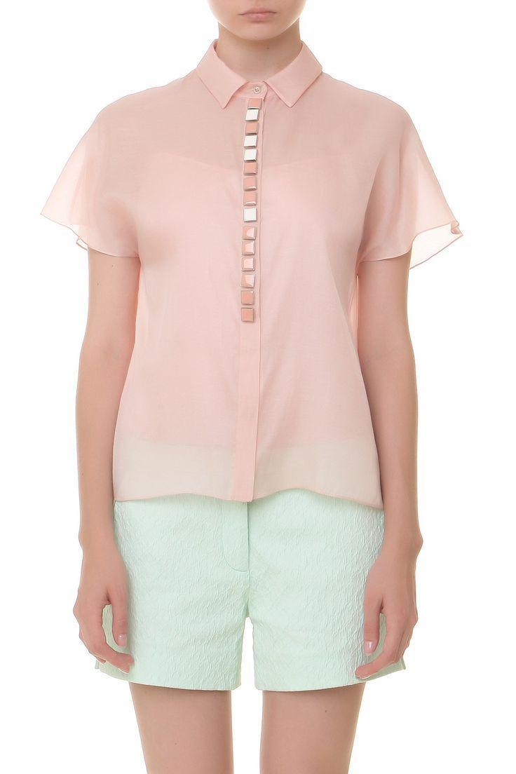 Блуза на пуговицах, короткий цельнокроеный рукав, металлический декор. Материал: 100% шелк http://oneclub.ua/bluza-32106.html#product_option22