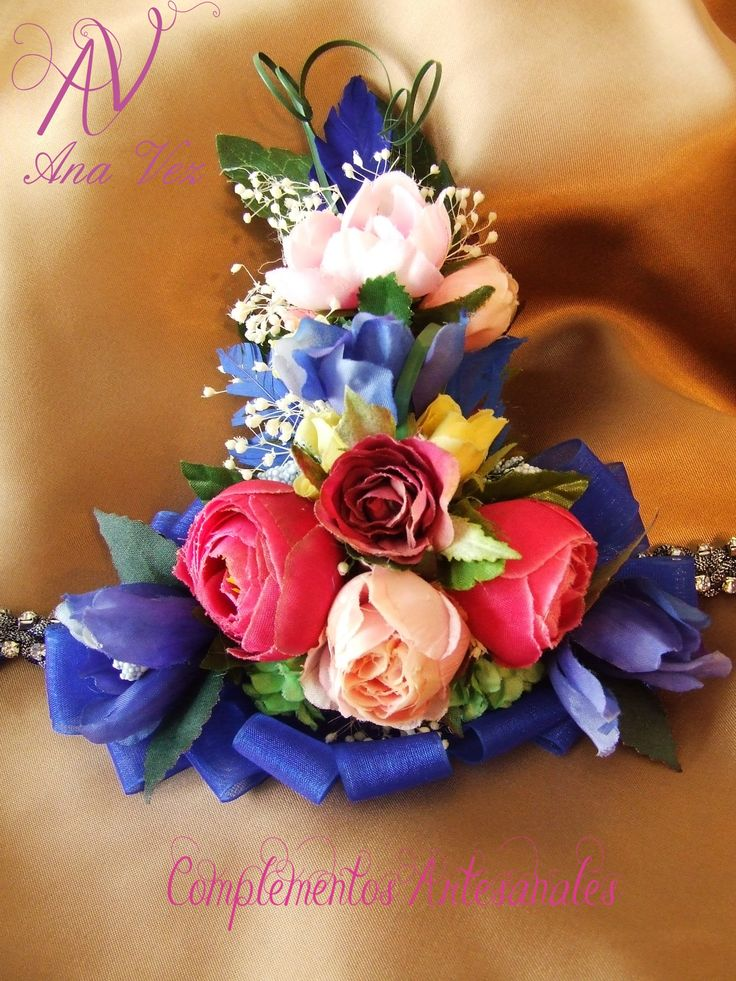 Ana Vez Atelier de Tocados, Sombreros & Complementos Artesanales. Corsage en tonos azules.