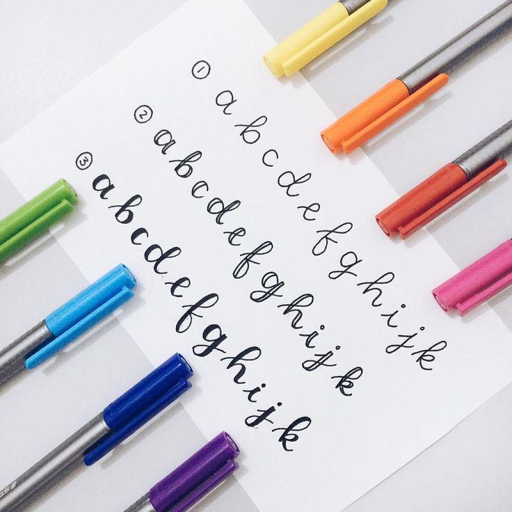 """Pra quem me pergunta como faço a """"falsa cursiva"""", aí está! ☺️ Aprendi a fazer com base em um tutorial como o da foto, que encontrei no tumblr (studypetals, salvo engano). • (1) Escreva as letras da maneira que preferir (inclusive dá pra fazer em caixa alta); • (2) """"Duplique"""" os traços que vão para baixo; • (3) Pinte o espaço entre os traços duplicados. Não tem segredo! Basta ir treinando aos poucos e as letras vão se aperfeiçoando e ficando mais parecidinhas. Ah, dá pra fazer com…"""