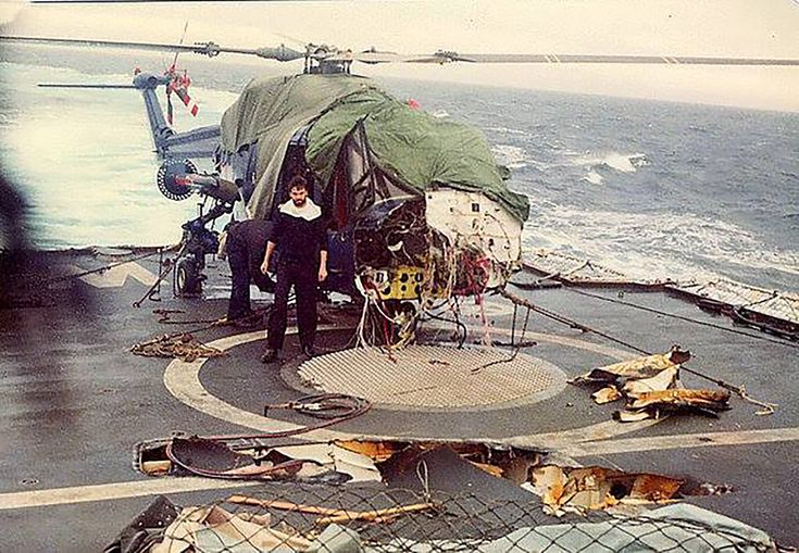 21 de mayo: el daño en la cubierta del HMS Broadsword luego del ataque de los A4-B