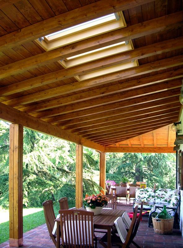 Veduta della parte interna del soffitto di un porticato angolare dove sono stati inseriti tre lucernari trasparenti, in corrispondenza delle finestre.