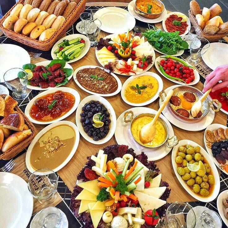 Serpme Kahvaltı - Kömür Türk Mutfağı / İstanbul ( Başakşehir İkitelli, Fatih ) Tel : 0212 407 08 82 Fiyat : Serpme Kahvaltı : 30 TL / Kişi Başı Kuymak : 10 TL Memenen, Sucuklu yumurta fiyata dahildir. Sınırsız çay ile birlikte.. Fotoğraftaki görsel 4 kişiliktir.