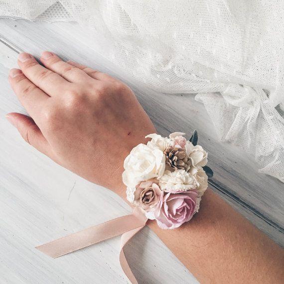 Bei braccialetti di pallido rosa, bianco, avorio fiori e foglie. Altri https://www.etsy.com/listing/292344073/flower-wrist-corsage-bridesmaides?ref=shop_home_active_1 corsage da polso Tutti gli articoli saranno regali pranzo gratuito. Mostra il mio negozio ➳ https://www.etsy.com/ru/shop/SERENlTY ---IMPORTANTE DA LEGGERE-- Lista dattesa è piena ora. Questo elemento dovrà avvenire con cura e spedito dopo il 27 giugno. INFO SPEDIZIONE ...